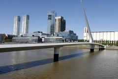 W Puerto kobieta Most Madero, Buenos Aires zdjęcia royalty free