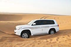 W pustyni Gruntowy SUV biały Krążownik Toyota Obraz Royalty Free