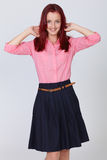 W różowej koszula rudzielec młoda atrakcyjna kobieta zdjęcia stock