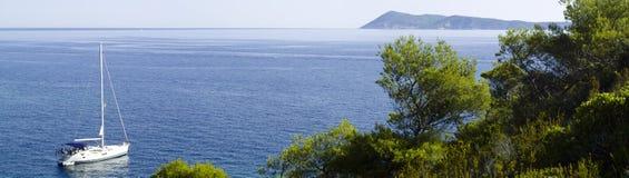 W śródziemnomorskim krajobrazie motorowy jacht Obrazy Stock