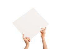W ręki pustym prześcieradle trzymającym diagonally biały papier Zdjęcia Stock