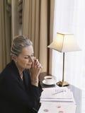 W Średnim Wieku bizneswomanu czytania dokumenty Zdjęcia Royalty Free