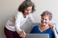 W średnim wieku córki pomaga stara matka zdjęcie stock