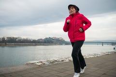 W średnim wieku kobieta jogging Fotografia Royalty Free