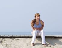 W średnim wieku kobieta śmia się przy plażą Fotografia Royalty Free