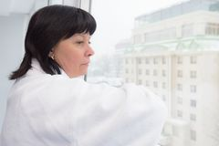 W średnim wieku kobieta okno Zdjęcia Stock