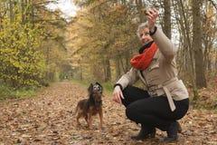 W średnim wieku kobieta thorowing kij Fotografia Royalty Free