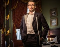 W średnim wieku mężczyzna w na zamówienie kostiumu Obraz Royalty Free