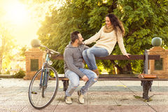 W średnim wieku para opowiada w parku Obrazy Stock