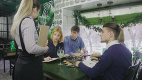 W restauracji kelner Bierze rozkaz Od grupy przyjaciele zbiory wideo