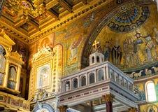 Wśrodku bazyliki Santa Maria w Trastevere w Rzym Zdjęcie Stock