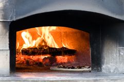 Wśrodku Drewnianego ogienia pizzy piekarnika Fotografia Royalty Free