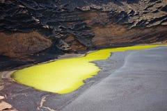 Wśrodku powulkanicznego krateru zielony jezioro Zdjęcie Royalty Free