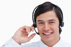 W rozmowie centrum telefoniczne uśmiechnięty męski agent Zdjęcia Stock