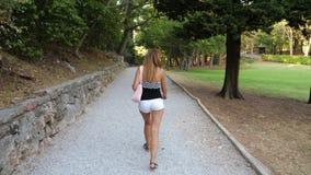 W ruchu plecy widoku Garbnikujący kobiety odprowadzenie Wokoło parka zbiory