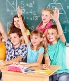 W sala lekcyjnej dziecko w wieku szkolnym obsiadanie. Fotografia Royalty Free
