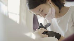W salon kobiecie mistrz robi narzędzia manicure'owi klient zdjęcie wideo