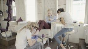 W salonie kobieta mistrz robi manicure'owi i pedicure'owi zbiory