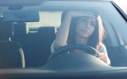 W samochodzie młodej kobiety obsiadanie Obrazy Stock