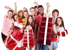 W Santa kapeluszu grupowi ludzie. Zdjęcia Royalty Free