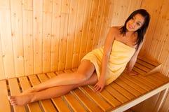 W sauna piękna uśmiechnięta dziewczyna Zdjęcia Royalty Free
