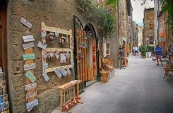 Wąska aleja z prezenta sklepem w starym grodzkim Pitigliano, Tuscany, Ita Zdjęcia Royalty Free