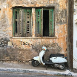 Wąska ulica w starym miasteczku Agios Nikolaos Obrazy Stock