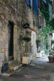 Wąska ulica z kwiatami w starym grodzkim Mougins w Francja Ni zdjęcia royalty free