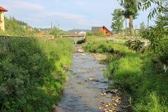Wąska zatoczka w miasteczku Carpathians Zdjęcia Royalty Free