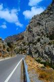 W skalistym jarze asfaltowa droga Fotografia Stock