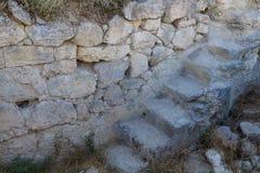 Wąski kamienny schody prowadzi ogrodzenia antyczny forteca Zdjęcie Royalty Free