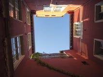 Wąski podwórza nieba widok Obrazy Stock