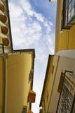 Wąski uliczny niebo Sevilla ulicy widok Zdjęcie Royalty Free