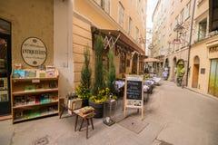 Wąski zwyczajny uliczny Goldgasse z sklepami i restauracjami w starym Obraz Stock