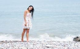 W smokingowy pobliski młoda i szczęśliwa kobieta morze Zdjęcie Royalty Free