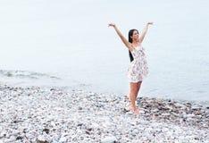 W smokingowy pobliski młoda i szczęśliwa kobieta morze Obrazy Stock