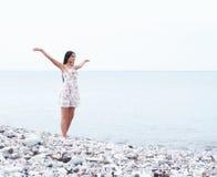 W smokingowy pobliski młoda i szczęśliwa kobieta morze Fotografia Stock
