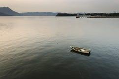W Spokojnym Morzu małej łódki i Społeczeństwa Molo zdjęcia stock