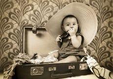 W starą walizkę dziewczynki obsiadanie Obrazy Royalty Free