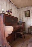 W starej drewnianej chałupie rocznika pianino Obrazy Royalty Free