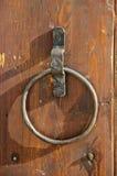 W starym stylu drzwiowy knocker na drewnianym drzwi Zdjęcia Stock