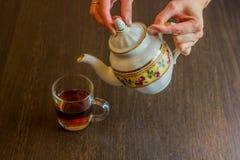 W starym stylu porcelana czajnika dolewania herbata od dzbanka filiżanka herbata Obrazy Stock