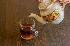W starym stylu porcelana czajnika dolewania herbata od dzbanka filiżanka herbata Fotografia Royalty Free