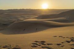 W?ste w?hrend des Sonnenuntergangs an Huacachina-Oase in Ica, Peru stockbild