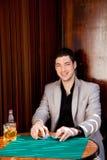 W stołowym bawić się grzebaku hazardzisty łaciński przystojny mężczyzna zdjęcie stock