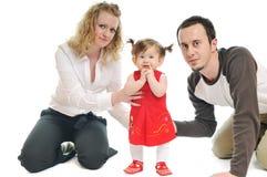 W studiu szczęśliwa młoda rodzina wpólnie obraz royalty free