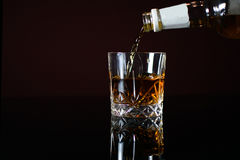 W szkło dolewania whisky zdjęcie stock