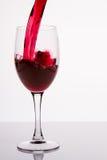 W szkło dolewania czerwone wino Fotografia Royalty Free