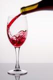 W szkło dolewania czerwone wino Zdjęcia Stock