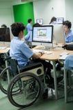 W szkole wyższa w Bangkok, niepełnosprawny uczeń w komputer klasie Obraz Stock